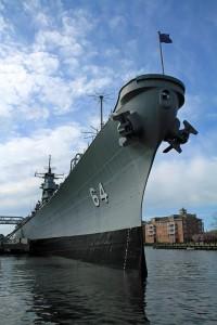военное судно, носовая часть, в порту.
