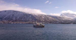 Фото тромсе, в порту норвегии, судно рыболовное.