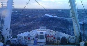 штормовой ветер, шторм в море, фото.