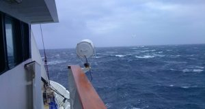 Шторм в море, правое крыло мостика. На борту судна. фото.