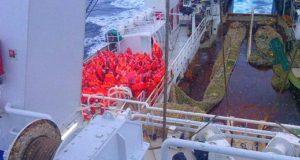 Экипаж судна, учения, вгидрокостюмах. Семеро одного не ждут.