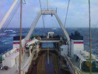Траулер. Рыболовное судно на промысле, в море. Тральщик. Фото. Промысел рыбы.