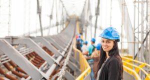 Девушка в каске, мост, работа в россии.