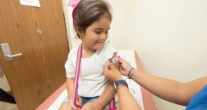 доктор, помогает девочке, в больнице.